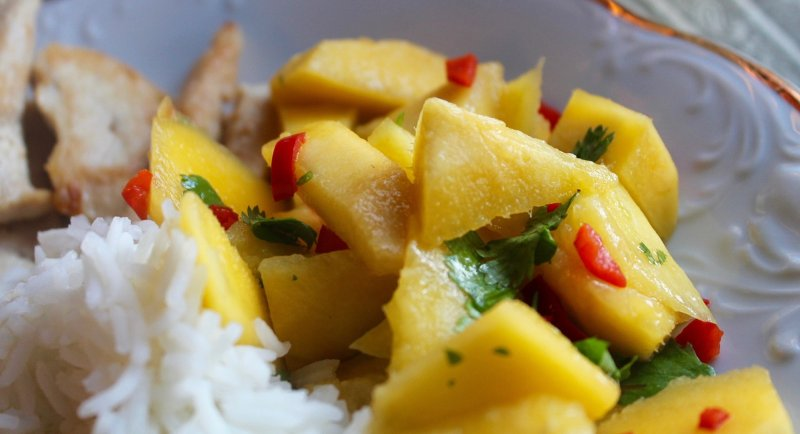 Pikáns mangó saláta